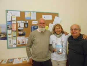 René, Brigitte, Sylvain; devant le panneau de présentation des associations