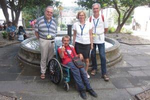 Pélerin en fauteuil roulant