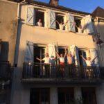 Des jeunes hospitaliers aux fenêtres de l'accueil chrétien de Navarrenx…