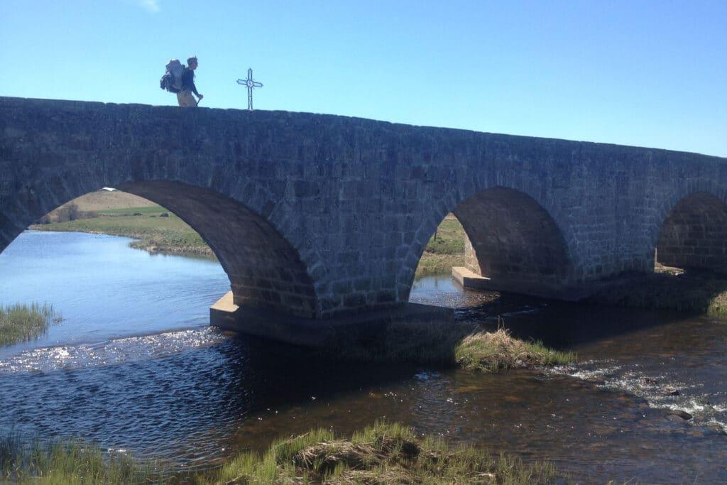 Philippe le pèlerin au passage d'un pont sur le plateau de l'Aubrac.
