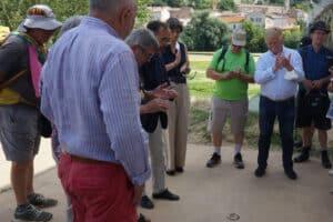 Pose officielle du dernier des 350 clous du parcours jacquaire dans Béziers. En présence du maire de Béziers, Robert Ménard.